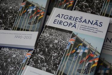 """Atver un dāvina grāmatu """"Atgriešanās Eiropā 1990-2015. No starptautiskās atzīšanas līdz pirmajai prezidentūrai Eiropas Savienībā"""""""