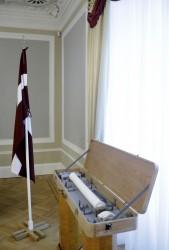 Latvijas valsts simtgades karogs tiek godināts diasporas skolotāju seminārā Cēsīs