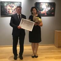 LR Ministru prezidents pasniedz atzinības rakstu Briseles 2. Eiropas skolas latviešu valodas skolotājai Dacei Vuškānei