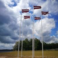 Austrālijas Daugavas Vanagi Latvijas simtgadē Likteņdārzam dāvina piecus Latvijas karogus un mastus